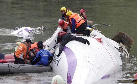 taiwan airplane in water
